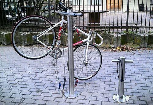 Велосипедный насос и стенд для ремонта на перекрёстке Лачплеша и Сколас