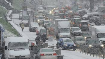 Фото к новости Первый снег в Латвии привёл к множеству аварий и пробок на дорогах