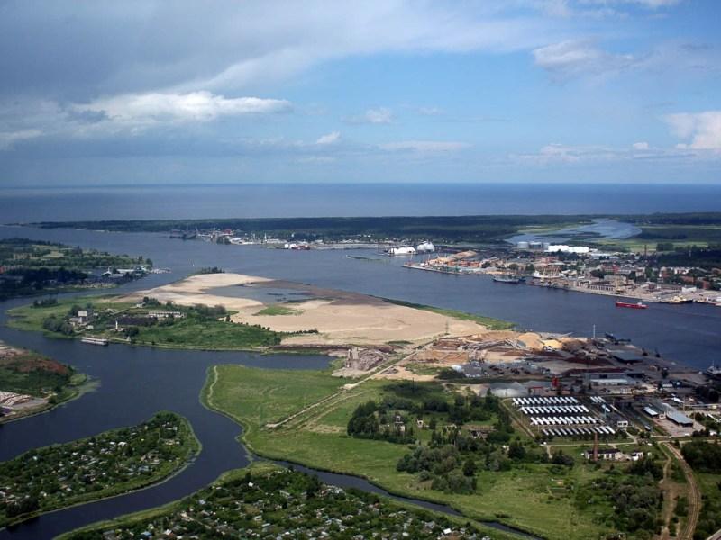 Современный порт на Русском острове