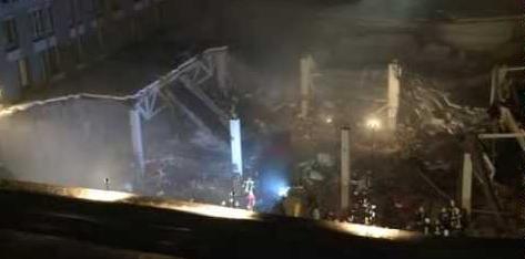 Спасательно-поисковые работы в MAXIMA остановлены до утра после третьего обвала крышы + Видео