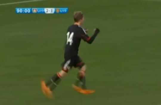 Молодой латвийский футболист забивает МЮ в Лиге чемпионов