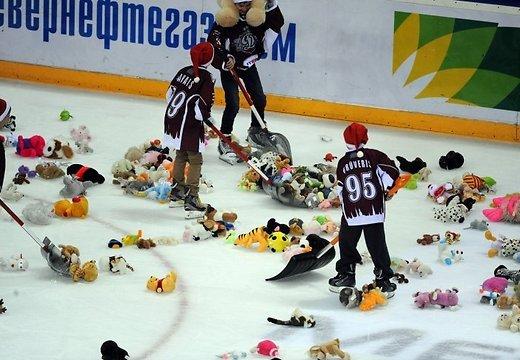 Болельщики забросали лед мягкими игрушками