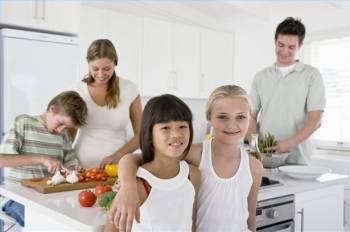 В Риге семьи тратят на продукты, жилье и транспорт меньше половины своих доходов