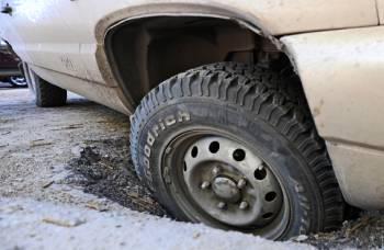 Жителей Риги призывают сообщать о разбитой дороге